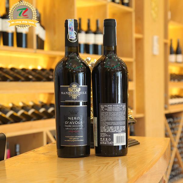 Một hương vị độc đáo, đặc biệt, tựa như những tia nắng mặt trời căng tràn rực rỡ, mạnh mẽ và tỏa sáng. Vị rượu đặc trưng với hương trái cây thơm lừng, quyến rũ là một minh chứng tuyệt vời và thuyết phục nhất khẳng định rằng vùng đất Sicily hoàn toàn có thể mang đến những chai rượu vang chất lượng cao và tuyệt hảo.