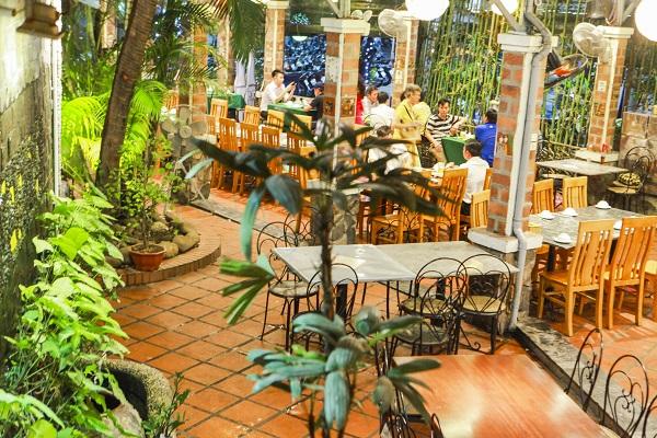 Không chỉ là một quán lẩu ngon Hà Nội, Ẩm thực Vân Hồ được thiết kế ấn tượng pha trộn giữa cái đẹp truyền thống và hiện đại