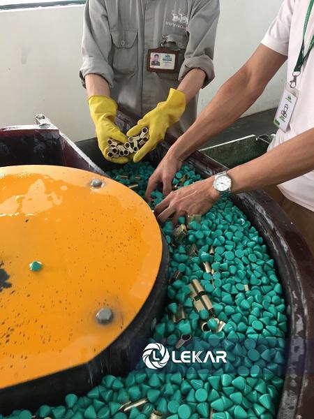 Dung dịch đánh bavia có tác dụng kết hợp cùng đá mài và hoạt động xóc rung 3 chiều của máy nhằm xử lý khiếm khuyết trên bề mặt sản phẩm. Thông thường sau khi gia công, bề mặt các sản phẩm kim loại thường xù xì, có nhiều vết xước và vết cắt. Khi tiến hành đánh bavia với dung dịch và đá mài phù hợp, những khiếm khuyết này sẽ mờ dần đi và trả lại bề mặt nhẵn mịn, sáng bóng đồng đều cho sản phẩm.