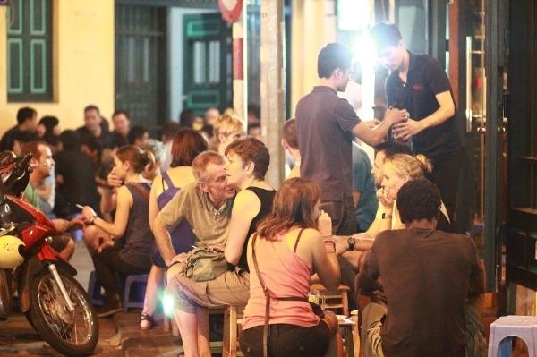 Bạn đã thưởng thức bia hơi trên con phố Tạ Hiện chưa?