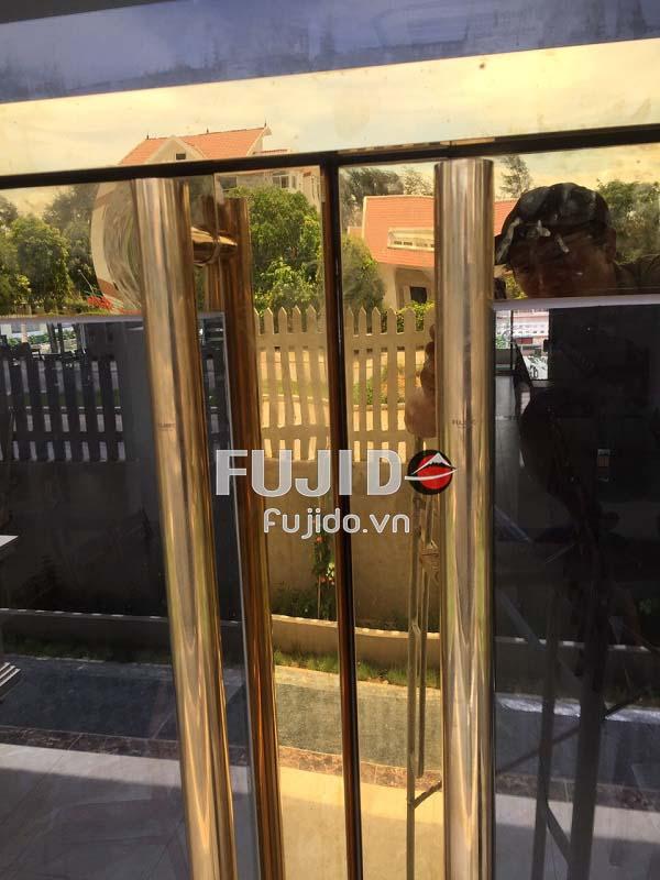 cửa kính khung inox vàng gương