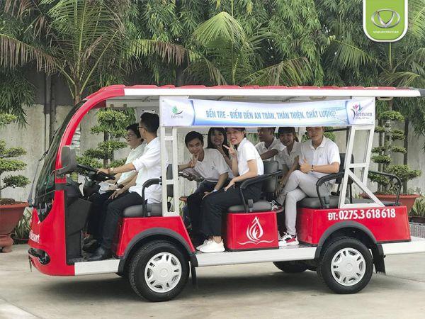 Du khách thích thú với xe điện tại Forever Green Resort