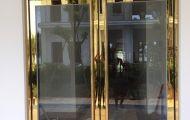 Những điều bạn cần biết về sản phẩm cửa kính khung inox vàng gương