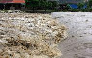 Nước lũ chia cắt nhiều tỉnh miền Trung, nguy cơ mưa lớn ở Bắc Bộ