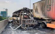 Hà Nội: Hai ô tô bốc cháy ngùn ngụt, một thai phụ tử vong