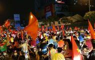 """Người Hà Nội vui """"quên lối về"""" trong đêm Olympic Việt Nam chiến thắng"""