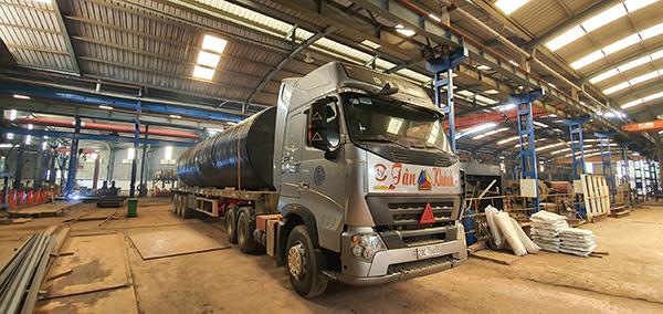 Tân Khánh vận chuyển bồn chứa xăng dầu tới khách hàng